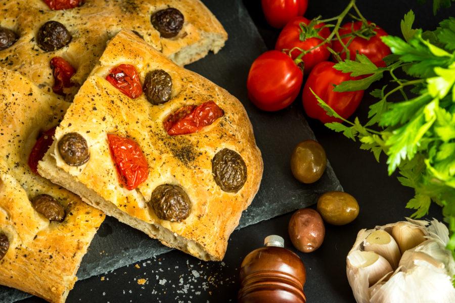Фокача с маслини и домати
