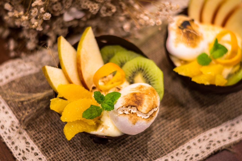 Шоколадови купички с крем и плодове