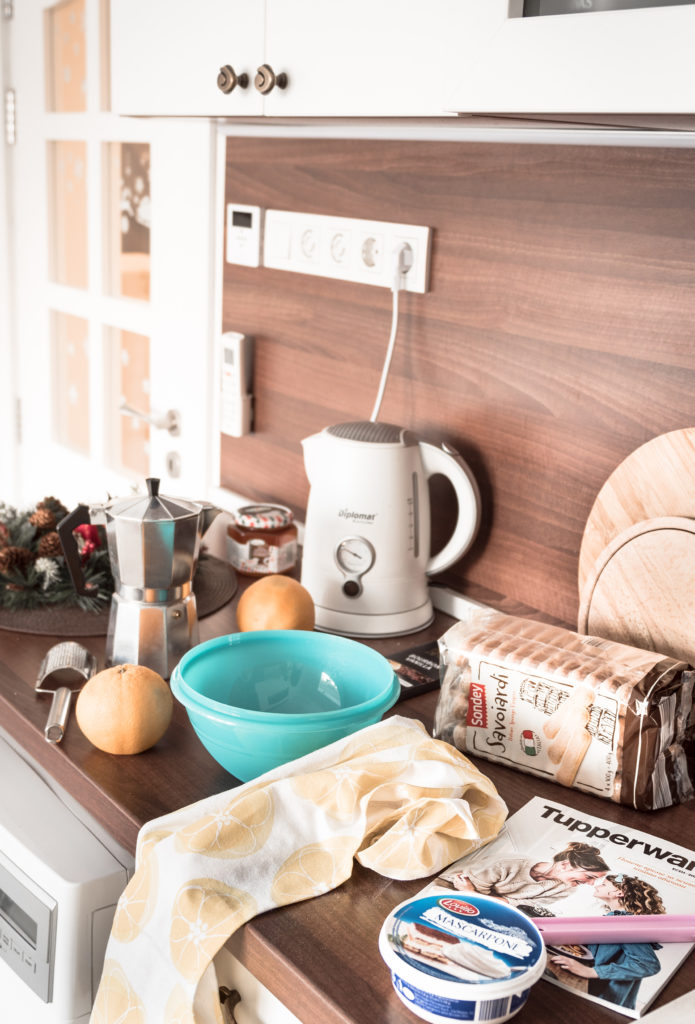 Кухненски плот с продукти за тирамису